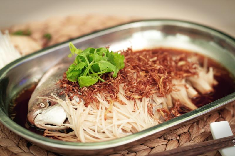 Steamed White Pomfret with Ginger & Enokitake Mushroom 爆姜金针菇蒸白鲳鱼